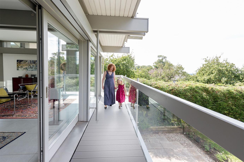 matka z dzieckiem na balkonie